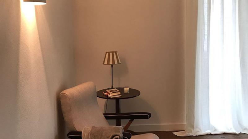 Villa G.E. - Posa parquet in legno naturale in sala da pranzo con mobili in legno