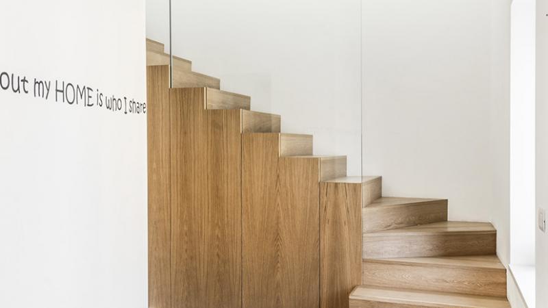 Salotto con pavimento in parquet naturale verniciato ad acqua - Abitazione C. B. - Pavimenti in parquet in legno naturale e Gres per il bagno - Hausfloor Brescia Bergamo Milano