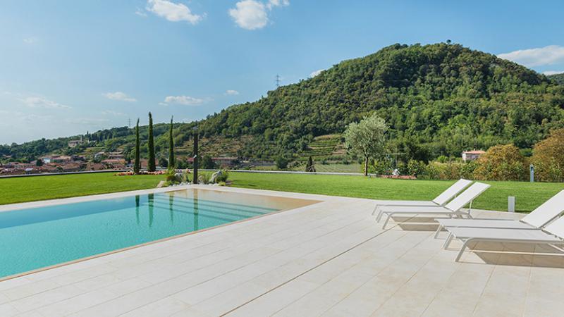 Parquet in rovere spazzolato: Villa con Piscina A. A.